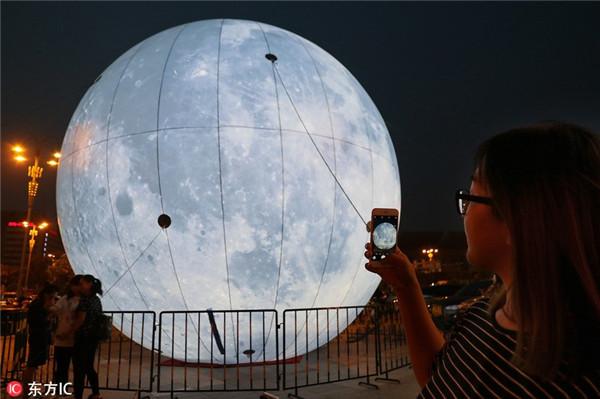月亮被玩坏了!山东烟台一商场做超级月亮迎中秋